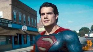 Superman berlogo S dan baju seperti sisik ular
