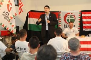 Csanad Szegedi di depan anggota partai Jobbik