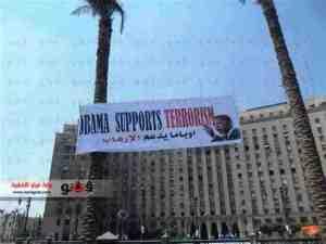 Spanduk besar Mesir Obama supports terrorism