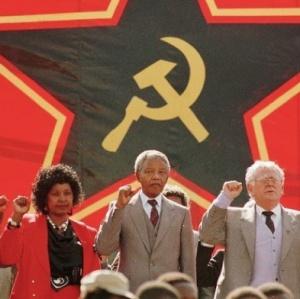 Nelson Mandela dan Joe Slovo di depan bendera Partai Komunis Afrika Selatan