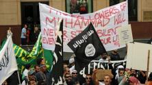 Orang-orang Muslim demontrasi menbawa bendera Jihad Islam