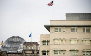 Gedung Kedutaan Besar AS dengan Parlement German; foto by AFP