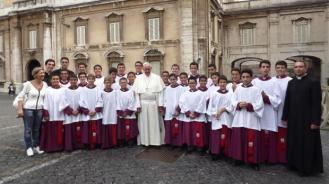 Pelayan Altar Remaja berpose bersama Paus Francis dan Imam mereka
