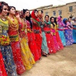 Wanita-wanita Kurdi dengan baju kebangsaannya sedang menari