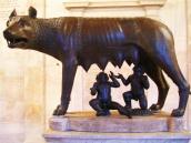 Patung Lupercus menyusui