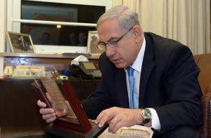 PM Israel Benjamin Netanyahu membaca buku doa kuno abad 9 AD