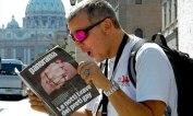 Pemuda Itali di Roma baca majalah skandal pendeta homo
