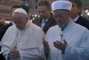 Paus Francis dan Grant Mufti Islam sembayang di Mejid Sultan Ahmed menghadap Mekka