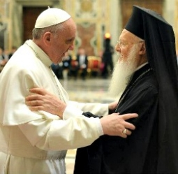 Paus Francis I dan Barholomew I di ex-gedung Gereja Hagia Sofia Turki
