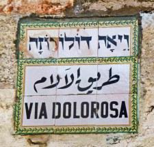 Rambu nama jalan Via Dolorosa di  Jerusalem dalam tiga bahasa Ibrani, Arab dan Inggris