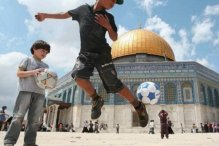 Bermain sepak bola di depan Mesjid Al-Aqsa Israel