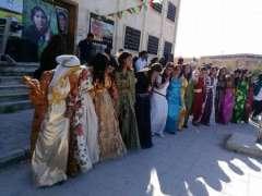 Wanita-wanita Kurdi sedang menari
