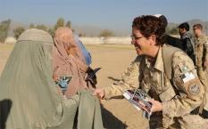 Tentara Wanita NATO menyapa wanita Afganistan